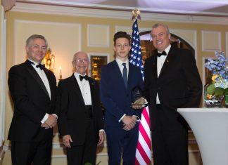Presidente da Holland America Group, Stein Kruse, recebe o prêmio de embaixador da Fundação Netherland-America